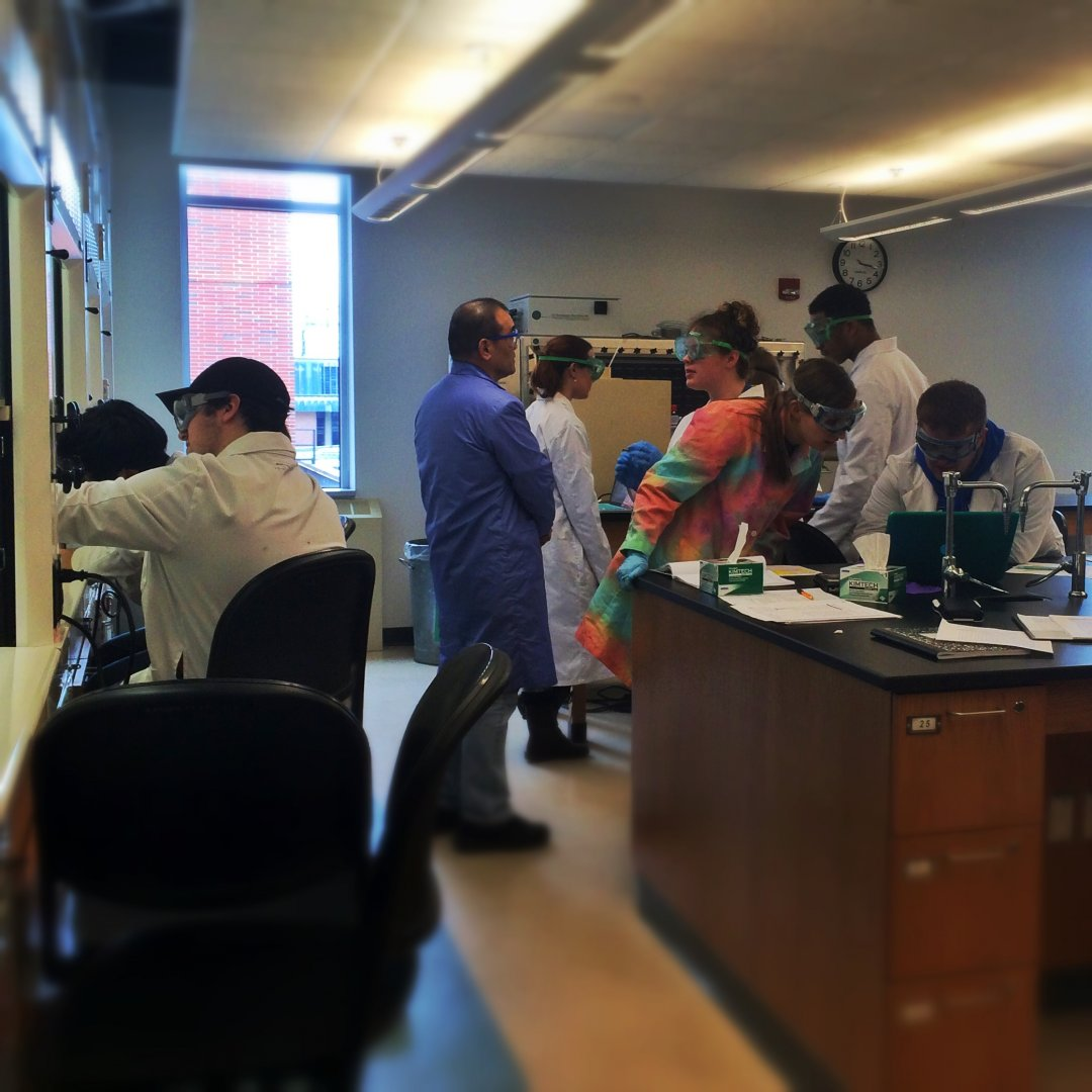 Image of an active advanced chemistry laboratory course